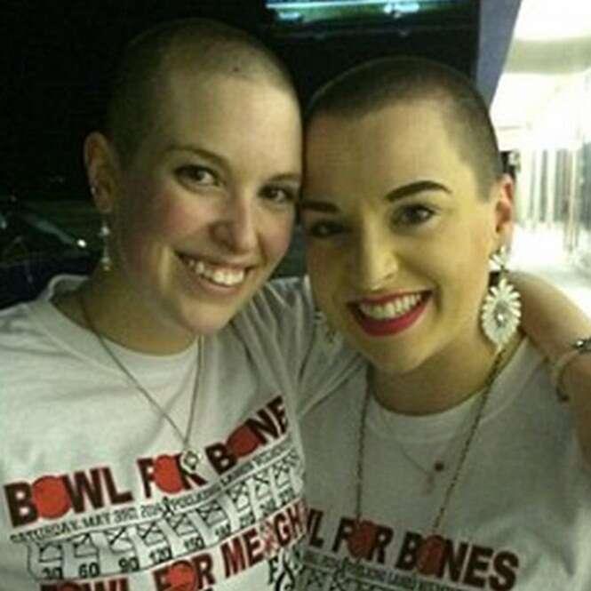Mulher mente dizendo ter câncer incurável para arrecadar dinheiro e amigas raspam cabeça em solidariedade a ela