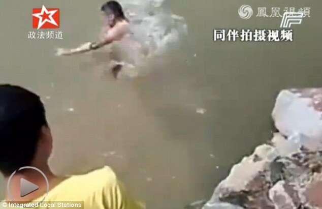 Menino morre enquanto amigos riem pensando que ele estava simulando afogamento