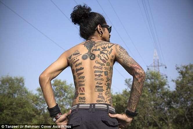 Conheça o indiano que possui quase 200 tatuagens de marcas famosas
