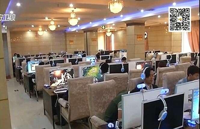 Mulher da à luz em banheiro de cybercafé e volta ao computador para usar a internet