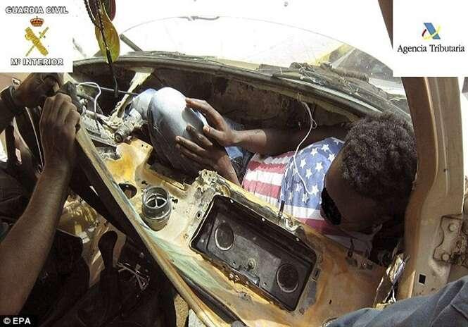 Jovem africano tenta entrar ilegalmente na Europa espremido em painel de carro