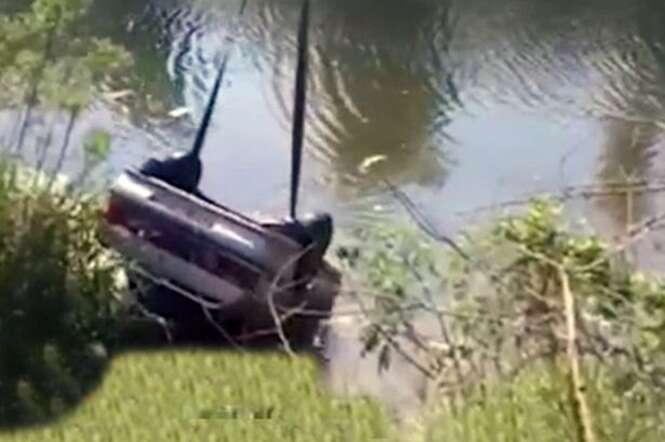 Mulher morre afogada enquanto tinha relação íntima dentro de carro que caiu em rio