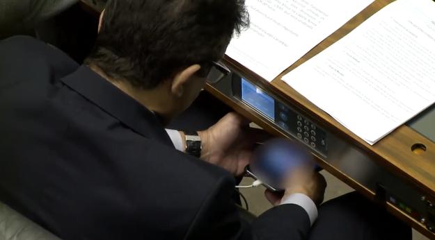 Deputado assiste vídeo com conteúdo voltado ao público adulto durante votação de reforma política