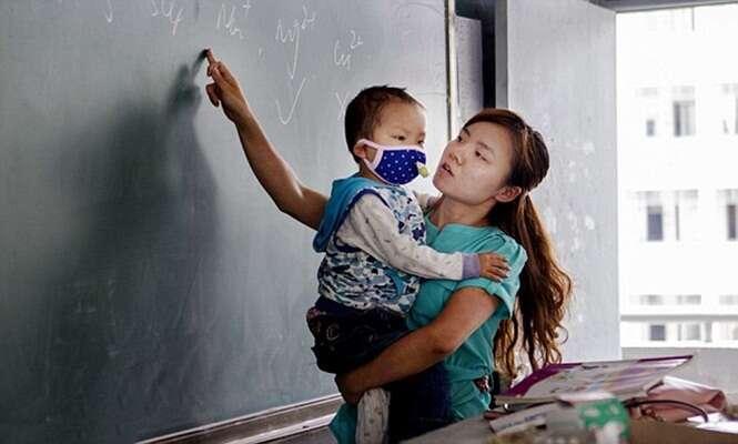 Professora leva filho de três anos, com leucemia avançada, para o trabalho porque não tem dinheiro para pagar alguém que fique com sua criança