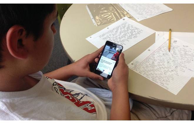 Banir celular das salas de aula melhora o desempenho dos alunos, garante estudo
