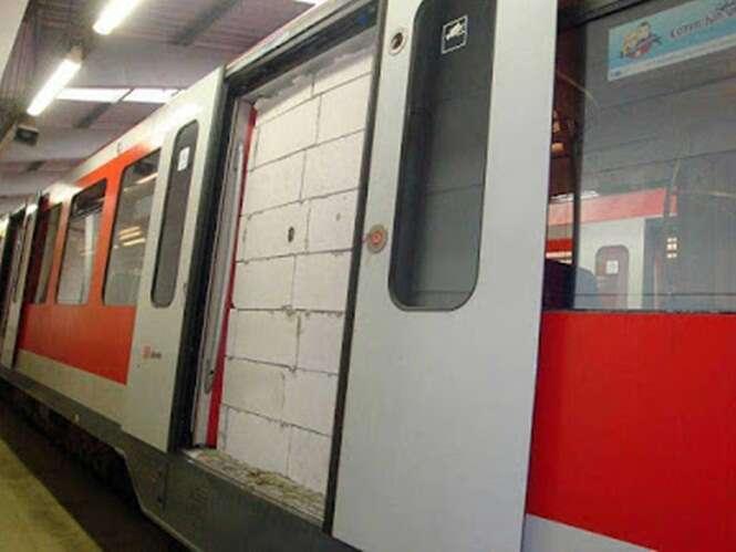 Polícia tenta encontrar vândalos que ergueram paredes de tijolos na porta de metrô