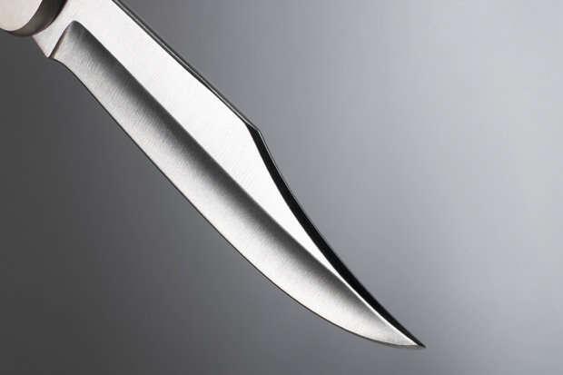Homem desprezado descobre que ex-mulher se casou novamente e corta fora braço dela
