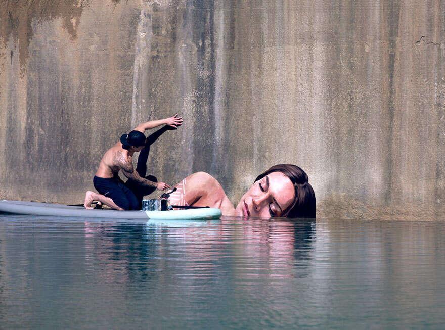 Pintura de mulheres emergindo da água