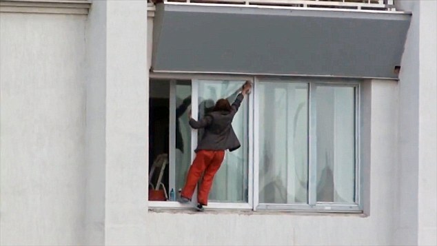 Vídeo flagra momento chocante em que mulher se arrisca do lado de fora do 9º andar de prédio