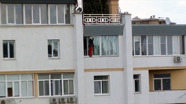 Brave Housewife Clean outside windows on 11th Floor
