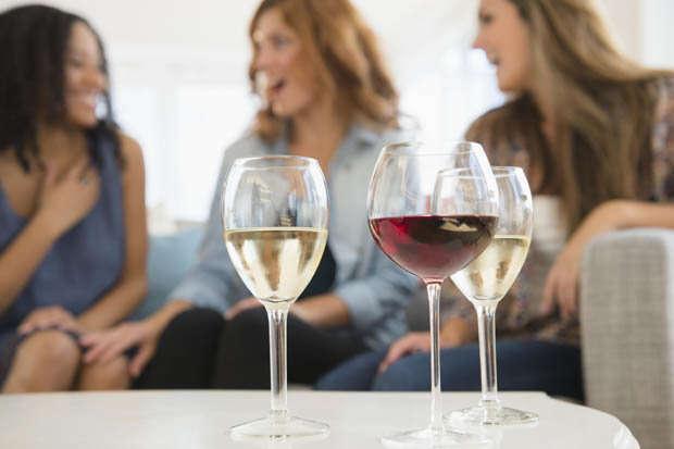 De acordo com pesquisa, beber muito no dia anterior não afeta produtividade no trabalho