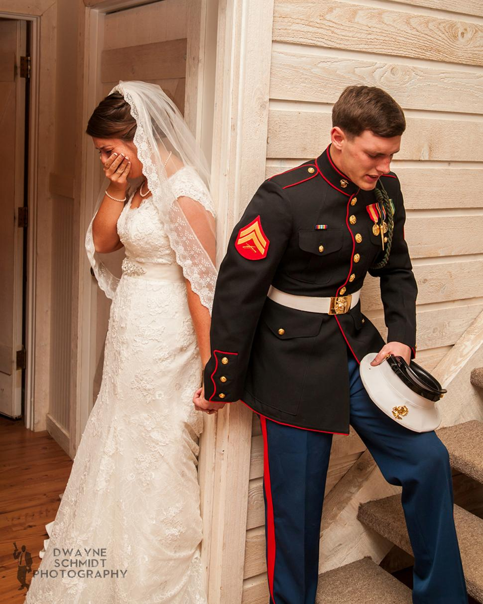 Foto incrível comove internautas ao mostrar noivos prestes a se casar orando juntos sem se ver