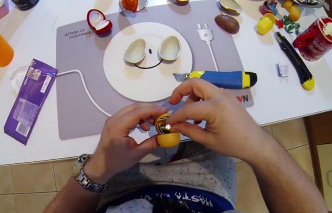 Aprenda como pedir uma mulher em casamento usando um Kinder Ovo?