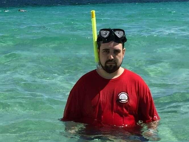 Homem que se tornou sensação na web após postar fotos infelizes de férias sem a esposa volta ao local, agora acompanhado da família