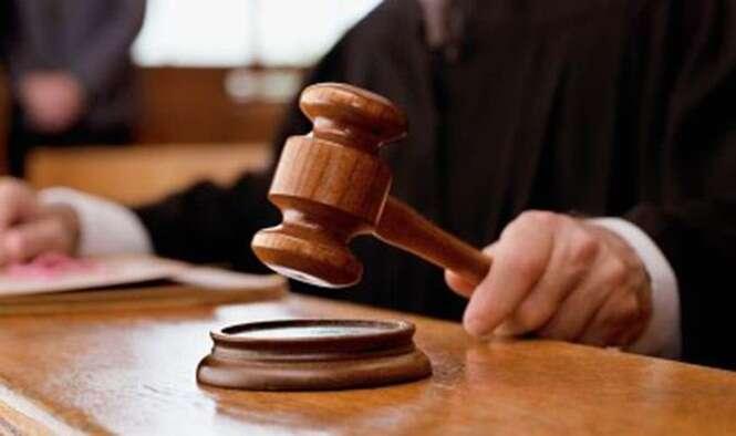 Homem em julgamento por agredir seu próprio advogado ataca novo advogado