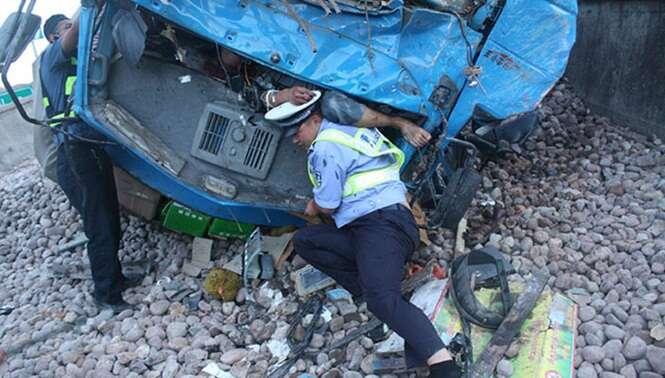 Policial usa seu corpo como sustentação para aliviar dor de motorista vítima de acidente