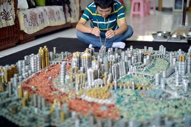 Homem usa apenas moedas e cria réplica de sua cidade