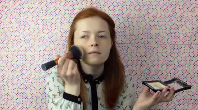 Menina cega se torna sensação no YouTube com canal de maquiagem