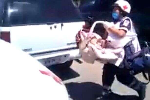 Vídeo mostra momento em que policiais quebram carro para resgatar bebê preso