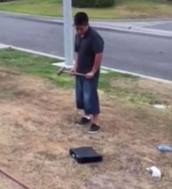 Pai obriga filho a destruiu com marreta seu videogame após ele obter notas ruins na escola