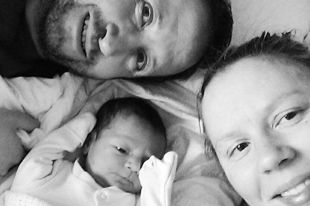 Casal gasta milhares de libras preparando chegada de filho após ultrassom mostrar que teriam menino e levam susto ao darem à luz uma menina