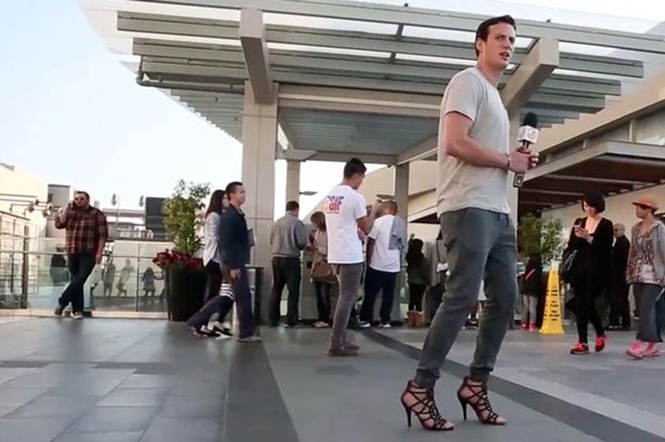 Homem decide usar salto alto durante um dia inteiro de trabalho para provar que mulheres reclamam demais