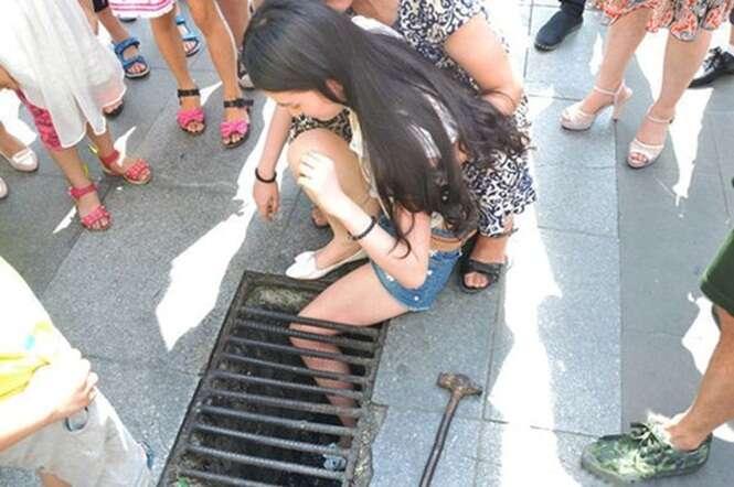 Adolescente fica com a perna presa em bueiro após se distrair enquanto caminhava