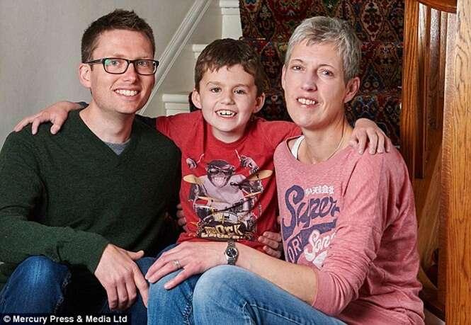 Pais são obrigados tomar difícil decisão de remover olhos do filho e deixa-lo cego para que ele não morresse de câncer