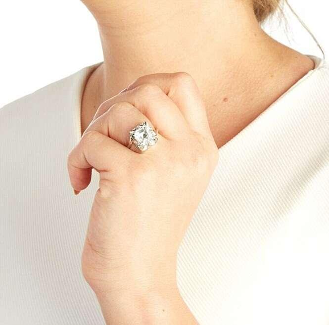 Joalheiro cria anel de diamante com chip que permite rastrear parceira