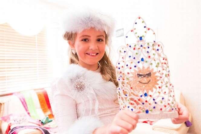 Menina de nove anos é incentivada pela mãe a se maquiar e se submeter a tratamentos para participar de concursos de beleza