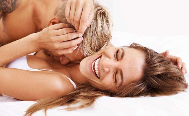 Melhores posições na cama para mulheres atingirem o ápice do prazer