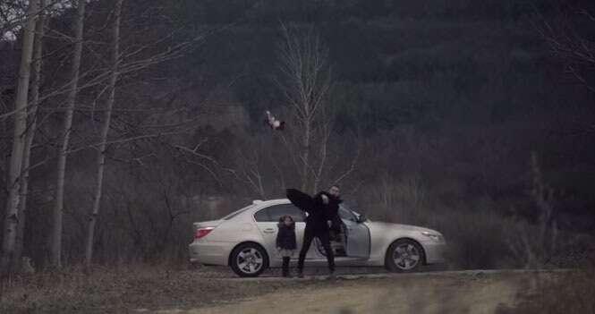 Vídeo comovente mostra pai jogando boneca da filha fora antes de ter surpresa de partir o coração.