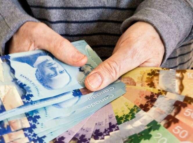 Morador de rua encontra quase 5 mil reais e entrega dinheiro à polícia