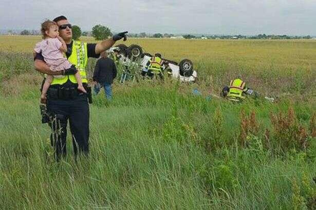 Foto comovente mostra  policial que distrai criança após sua família sofrer acidente fatal em rodovia