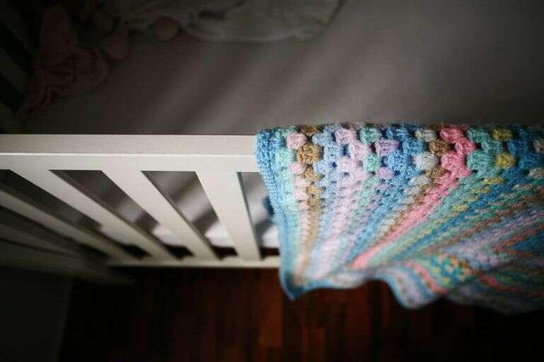 Bebê morre com calor após ser agasalhado pelos pais