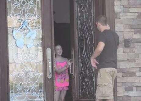 Vídeo mostra o quão fácil é fazer as crianças deixarem estranhos entrarem em suas casas