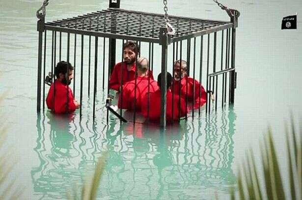 Grupo terrorista islâmico mata prisioneiros cruelmente em afogamento e divulga imagens