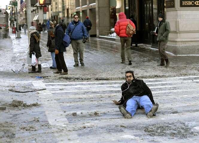 Fotos engraçadas de pessoas indo ao chão após tropeçarem