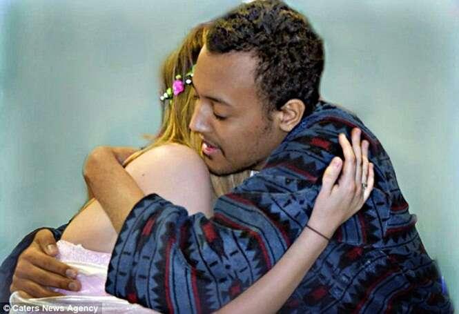Adolescente tomado por leucemia se casa com sua namorada dias antes de morrer