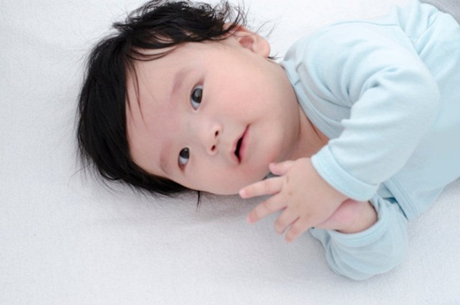 Bebês fofos que nasceram com mais cabelo que o normal