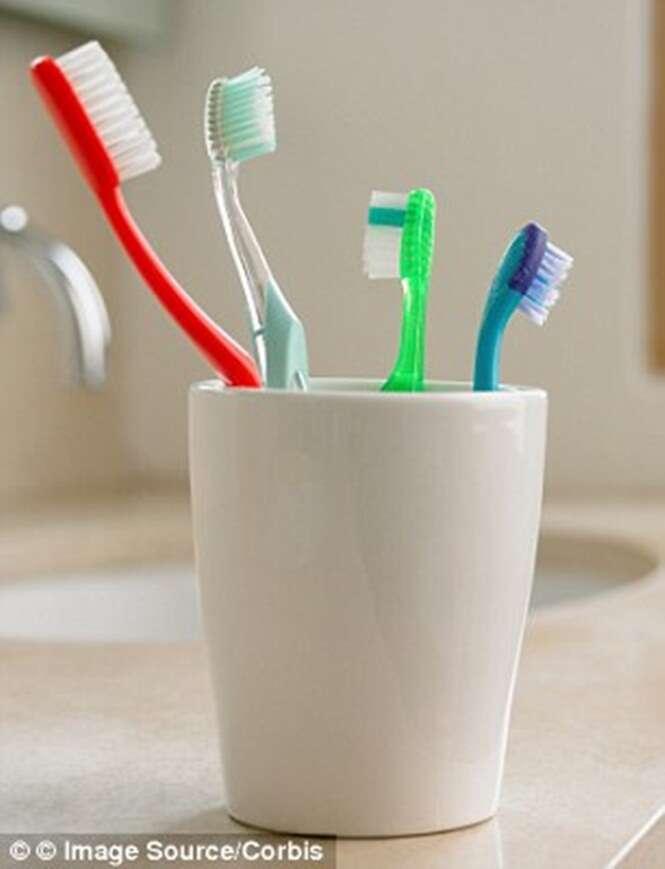 Escova de dente possui fezes de todas as pessoas que frequentam banheiro de sua casa, afirma estudo