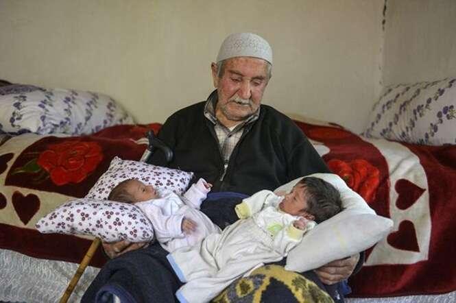 Idoso de 85 anos com 13 filhos se torna pai novamente após sua esposa dar luz a gêmeos
