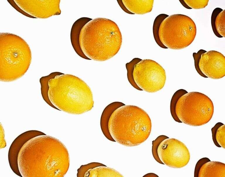 Aprenda descascar laranjas usando apenas uma colher