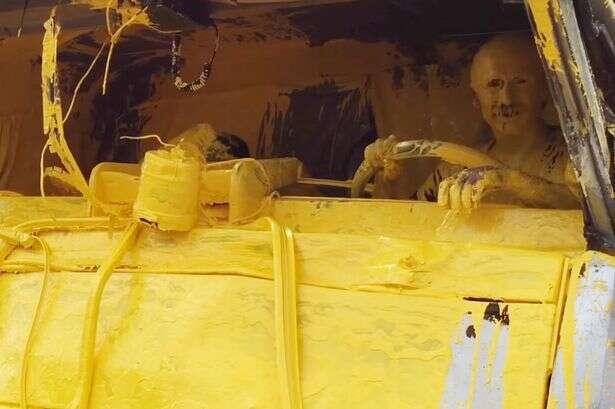 Motorista se transforma em personagem dos Simpsons após caminhão transportando tinta amarela derramar líquido em seu corpo