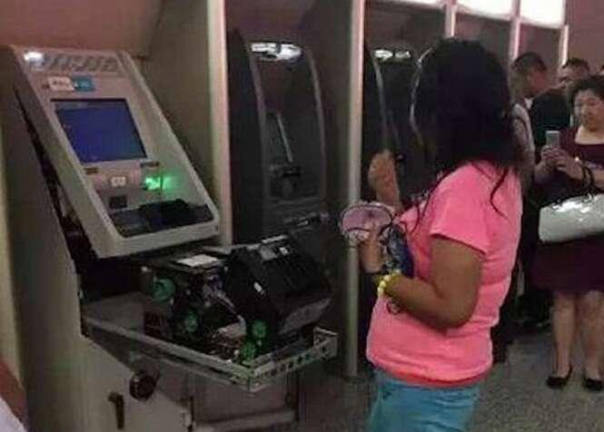 Mulher destrói caixa eletrônico após alegar que máquina engoliu seu cartão