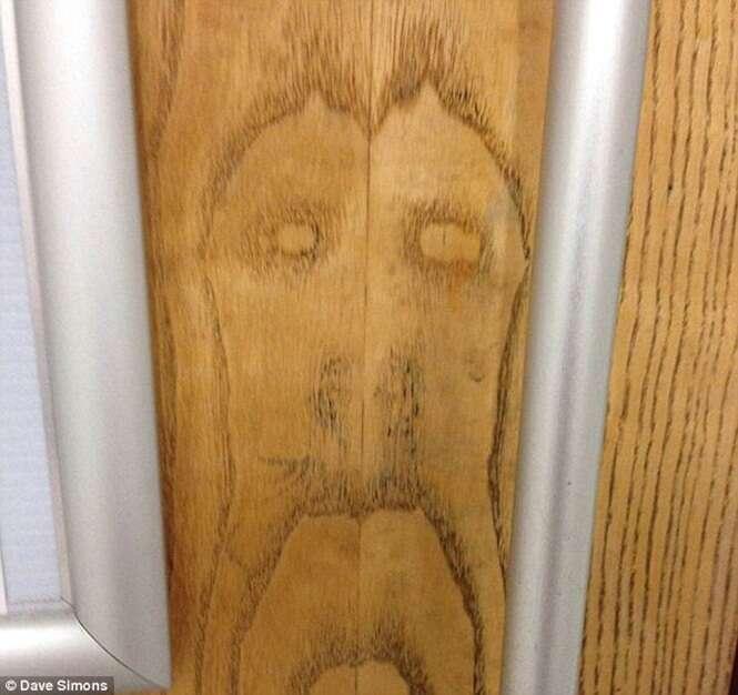 Homem de 33 anos afirma ter encontrado imagem do rosto de Jesus em porta de banheiro