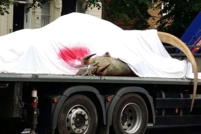 Enorme dinossauro é visto sendo transportado em caminhão e deixa pessoas em choque