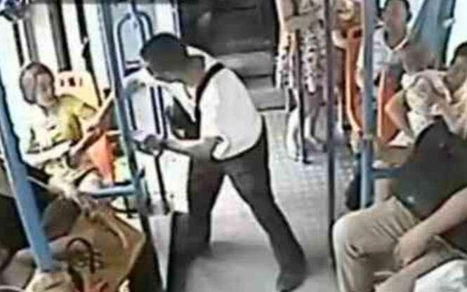 Homem de 60 anos puxa e joga jovem mulher para fora de assento após ela se recusar ceder lugar em ônibus