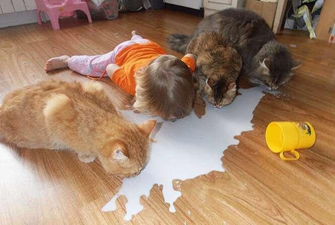 Crianças que pensam que são animais de estimação