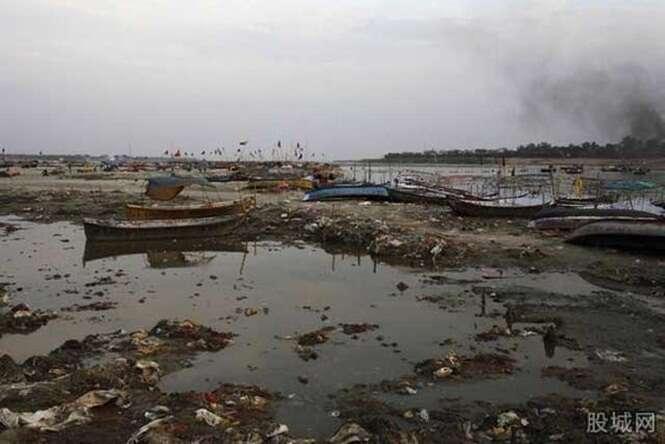 Homem desiste de se suicidar por afogamento porque rio estava poluído demais